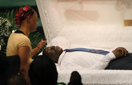 Mourners pay their respects at the open casket of 25-year old Freddie Gray prior to his funeral services at New Shiloh Baptist Church in Baltimore, Maryland April 27, 2015.  REUTERS/Shannon Stapleton